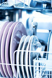 Czyści kitchenware w zmywarka do naczyń lśnieniu Fotografia Stock