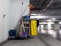 Czyści narzędzie fura czekać na cleaning Wiadro i set cleaning wyposażenie w biurze obraz stock