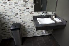 Czyści nowożytną łazienkę Zdjęcia Royalty Free