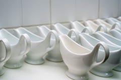 Czyści puste ceramiczne kumberland łodzie w restauraci fotografia royalty free