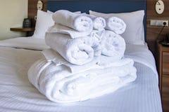 Czyści ręczniki na białym łóżku obrazy stock