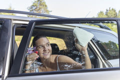 Czyści samochodowy okno na pogodnym ranku fotografia royalty free