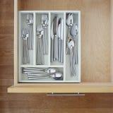 Czyści silverware naczynia w kuchennym kreślarzie Staranny, schludny, uorganizowany domowy kuchenny magazyn, obraz royalty free