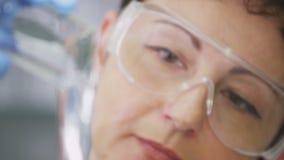 Czyści Szlamowy Polanego w Szklaną żarówkę Lab asystentem zbiory