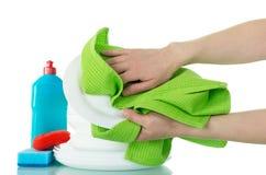 Czyści talerze, detergent, gąbka, ręcznik w kobiet rękach odizolowywać na bielu obrazy stock