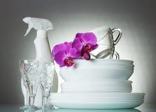 Czyści talerze, krystaliczni szkła, filiżanki, i, na popielatym zdjęcia royalty free
