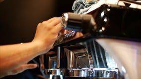 Czyści ulubioną fachową kawową maszynę Fachowy czysty wyposażenie Akcyjny materiał filmowy zbiory wideo