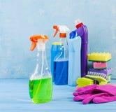 Czyści usługowy pojęcie Kolorowy czyści set dla różnych powierzchni w kuchni, łazience i innych pokojach, zdjęcie royalty free