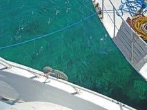 Czyści wody morskiej fotografię między dwa łodziami zdjęcie stock