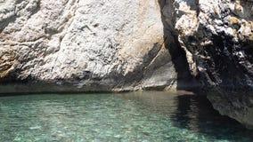 Czysta błękitne wody na tle skaliste skały wyspy target902_0_ tropikalnego zbiory wideo