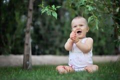 Czysta radość - śliczny szczęśliwy dziecko z truskawką Zdjęcia Royalty Free