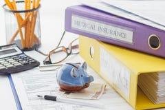 Czysta ubezpieczenie forma, falcówki, pióro, prosiątko bank i kalkulator, obraz royalty free