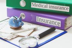 Czysta ubezpieczenie forma, prosiątko bank, notatnik, powiększający - szkło i pióro Obraz Stock