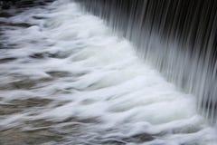 Czysta woda bieg od wiele klepnięć z lśnieniem opuszcza zdjęcia royalty free