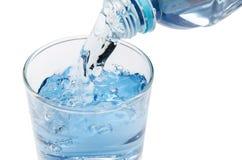 Czysta woda opróżnia w szkło woda od butelki Obraz Royalty Free