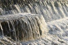 Czysta Woda Płynie nad kamieniem i Kropi krople obrazy royalty free
