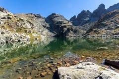 Czysta woda Straszny Kupens i jezioro osiąga szczyt, Rila góra Fotografia Royalty Free