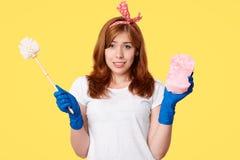 Czystość i domów obowiązek domowy pojęcie Szczęśliwa młoda kobieta w przypadkowych ubraniach, chwyta muśnięciu i kwaczu, reklamuj fotografia stock