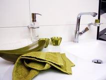 Czysty łazienka zlew z zielonym ręcznikiem Zdjęcie Stock