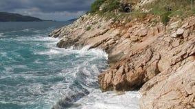 Czysty Błękitny Nawadnia morze, Nabrzeżne fala Łama przygodę Na Dennego wybrzeża kipieli skałach I Bryzga footage Lato Zdjęcia Royalty Free