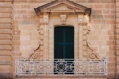 Czysty balkon przed zamkniętymi zielonymi żaluzjami Zdjęcie Stock