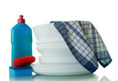 Czysty biały crockery i sposoby dla myć naczynia, błękitny ręcznik odizolowywający na białym tle zdjęcia stock