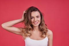 Czysty kobiecy piękno TARGET80_0_ przy kamerę atrakcyjna młoda kobieta obraz stock