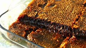Czysty naturalny miód dla zdrowie ludzkie, honeycomb dla śniadania, W szklanego pucharu honeycomb miodzie, zbiory wideo