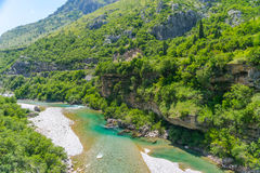 Czysty nawadnia turkusowy kolor rzeczny Moraca spływanie wśród jarów Obraz Stock
