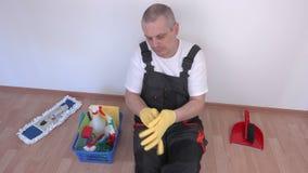 Czysty obsiadanie na podłoga i przywdziewać gumowe rękawiczki zdjęcie wideo