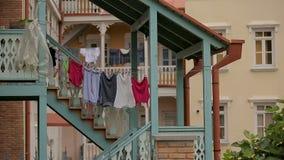 Czysty odzieżowy obwieszenie na arkanie, zwyczajny życie lokalni ludzie, pralniany dzień zdjęcie wideo