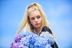 Czysty piękno Czułość młoda skóra Piękno wiosna sezon Dziewczyny blondynki chwyta hortensji czuły bukiet Skóry opieka i fotografia stock