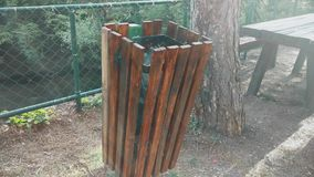 Czysty pojemnik na śmiecie drewno w górze zdjęcie wideo