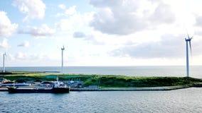 Czysty przetwarza energię od wiatrowego młynu lub turbiny gospodarstwa rolne Japonia lub zbiory