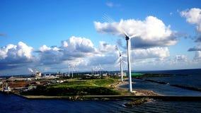 Czysty przetwarza energię od wiatrowego młynu lub turbiny gospodarstwa rolne Japonia lub zdjęcie wideo