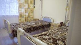 Czysty pusty oddział z dwa medycznymi łóżkami zakrywającymi z przyglądającymi koc zbiory