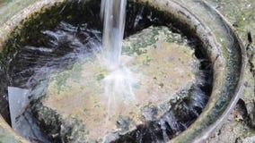 Czysty strumień nalewający woda pitna kamień zbiory wideo