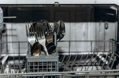 Czysty suszy rozwidlenia i łyżki w otwartym zmywarkiego do naczyń zbliżeniu cutlery przedział w górę Gospodarstw domowych urz?dze fotografia royalty free