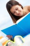 Czytać na plaży Fotografia Royalty Free
