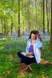 Czytać w lesie fotografia stock