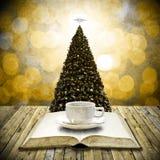 Czyta biblii i napoju kawę w święto bożęgo narodzenia Obraz Royalty Free