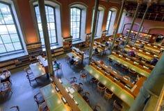 Czyta i stading ludzie wśrodku pięknej Krajowej biblioteki Szwecja Zdjęcie Royalty Free