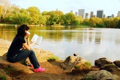 Czytać jeziorem obrazy royalty free