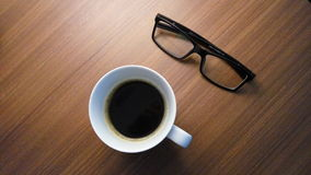 Czyta kawę zdjęcia stock