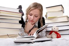 czyta książki uczennica uczniów. Obraz Stock