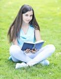 Czytać outdoors Zdjęcia Royalty Free