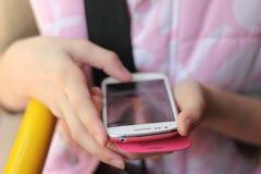 Czyta sms na smartphone zdjęcia stock