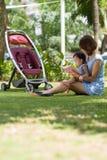 Czytać w parku Zdjęcie Royalty Free