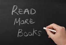 Czyta Więcej książki Zdjęcia Stock