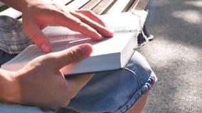 Czytający Świętą biblię i studiujący zbiory